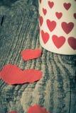 Valentinsgrußherzen und Tasse Tee auf dem alten Holztisch getont Lizenzfreies Stockbild