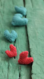 Valentinsgrußhintergrund, rotes Herz auf grünem hölzernem Stockbilder