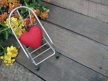 Valentinsgrußhintergrund, wenig rotes Herz auf Stuhl Lizenzfreies Stockbild