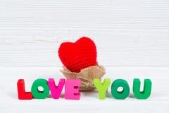 Valentinsgrußkarte mit Liebe, die Sie und rotes strickendes Herz auf Whit simsen Lizenzfreie Stockfotos
