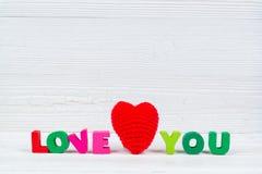 Valentinsgrußkarte mit Liebe, die Sie und rotes strickendes Herz auf Whit simsen Lizenzfreie Stockfotografie