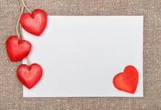 Valentinsgrußkarte mit Zeichnungsherzen und hölzernen Herzen Stockbilder
