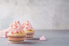 Valentinsgrußkleine kuchen verziert mit Schatzen und einer Geschenkbox lizenzfreie stockfotos