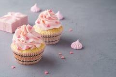 Valentinsgrußkleine kuchen verziert mit Schatzen und einer Geschenkbox stockfotos