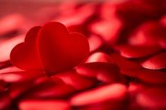 Valentinsgrußsatinherz auf rotem Hintergrund, Symbol der romantischen Liebe Lizenzfreie Stockbilder