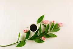 Valentinsgrußstillleben mit Perlenring in der Mannhand, in den roten Rosen und in der Frauenhand mit Kaffee Lizenzfreie Stockfotos