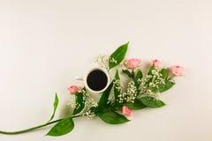 Valentinsgrußstillleben mit Perlenring in der Mannhand, in den roten Rosen und in der Frauenhand mit Kaffee Lizenzfreie Stockbilder