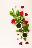 Valentinsgrußstillleben mit Perlenring in der Mannhand, in den roten Rosen und in der Frauenhand mit Kaffee Stockbild