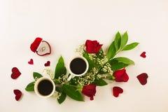 Valentinsgrußstillleben mit Perlenring in der Mannhand, in den roten Rosen und in der Frauenhand mit Kaffee Stockfotografie