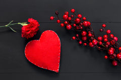 Valentinsgrußtag mit Herzen und roten Blumen Stockfotografie
