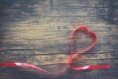 Valentinsgrußtag mit rotem Bandherzen auf Draufsicht des hölzernen Hintergrundes lizenzfreies stockbild