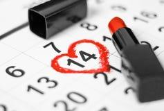 Valentinsgrußtag und Feiertagskonzept Kalenderblatt mit dem am 14. Februar Datum markiert durch rote Herzform mit rotem Lippensti lizenzfreie stockfotos