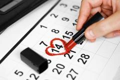 Valentinsgrußtag und Feiertagskonzept Kalenderblatt mit dem am 14. Februar Datum markiert durch rote Herzform mit rotem Lippensti stockfotografie