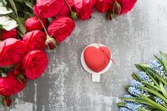 Valentinsgrußtages- oder -geburtstagsgrußkarte Kuchen in Form eines roten Herzens Rote Rosen und Nachtisch auf Weinleseholztisch Lizenzfreies Stockbild