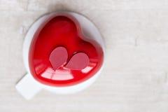 Valentinsgrußtages- oder -geburtstagsgrußkarte Nachtische in Form eines roten Herzens Das Licht vom Fenster Stockfoto