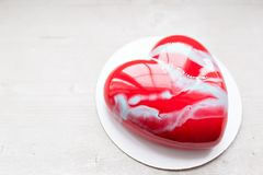 Valentinsgrußtages- oder -geburtstagsgrußkarte Nachtische in Form eines roten Herzens Das Licht vom Fenster Lizenzfreie Stockbilder