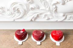 Valentinsgrußtages- oder -geburtstagsgrußkarte Verlosen Sie Nachtische in Form eines roten Herzens Nachtisch auf Weinleseholztisc Stockfoto