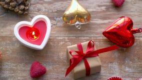 Valentinsgrußtages- oder -weihnachtsdekorationen auf Tabelle stock video footage