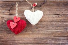 Valentinsgrußtagesbunte Herzen über hölzernem Hintergrund Getont, Weichzeichnung, Kopienraum Stockfoto