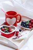Valentinsgrußtagesfrühstücksfrüchte und -kaffee Lizenzfreie Stockbilder