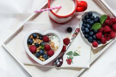 Valentinsgrußtagesfrühstücksfrüchte und -kaffee stockfotos