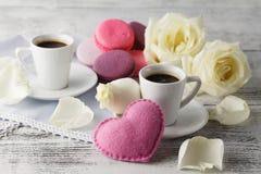 Valentinsgrußtagesgedeck mit Schalen, roten Herzen, Band und r Lizenzfreie Stockfotos