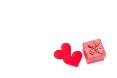 Valentinsgrußtagesgeschenkbox-, Rosafarbene und Papierherzen lokalisiert stockfotos