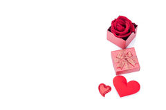 Valentinsgrußtagesgeschenkbox-, Rosafarbene und Papierherzen lokalisiert stockfotografie