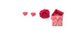 Valentinsgrußtagesgeschenkbox-, Rosafarbene und Papierherzen lokalisiert lizenzfreie stockfotos