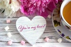 Valentinsgrußtagesgrußkarte mit Pfingstrosenteeschaleneibisch und Beschriftung sind- Sie mein Valentinsgruß stockbilder