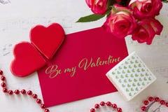 Valentinsgrußtagesgrußkarte mit Rosengeschenkboxherzen und Beschriftung sind- mein Valentinsgruß stockfoto