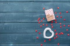 Valentinsgrußtagesherzen und -Geschenkbox Stockfoto