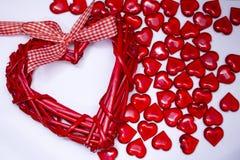 Valentinsgrußtageshintergrund, Los rote transparente Herzen, Grußkarte Lizenzfreie Stockfotografie