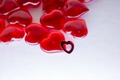 Valentinsgrußtageshintergrund, Los rote transparente Herzen, Grußkarte Stockbild