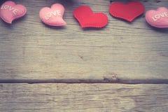 Valentinsgrußtageshintergrund mit den roten und rosa Herzen Lizenzfreies Stockbild