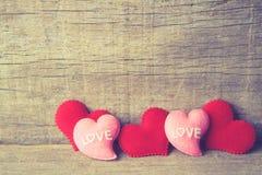 Valentinsgrußtageshintergrund mit den roten und rosa Herzen auf hölzernem Hintergrund Vingtage-Ton Lizenzfreies Stockfoto