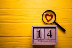 Valentinsgrußtageshintergrund mit am 14. Februar und rotes Herz Tag 14 von Februar-Satz auf hölzernem Kalender Stockbilder