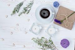 Valentinsgrußtageshintergrund mit freiem Raum für Text mit Kaffee, Geschenke, Herzen, Kerzen, Blumen auf weißem Holztisch Lizenzfreie Stockbilder