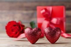 Valentinsgrußtageshintergrund mit Herzen, Geschenk und rosafarbener Blume 14. Februar Grußkarte Stockfotografie