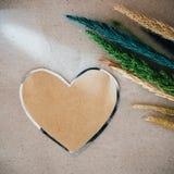 Valentinsgrußtageshintergrund mit Herzen und Blume über hölzernem backg Stockbilder