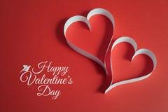 Valentinsgrußtageshintergrund mit Origamitaube und papercraft Herzen Stockfotos