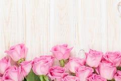 Valentinsgrußtageshintergrund mit rosa Rosen über Holztisch stockfoto
