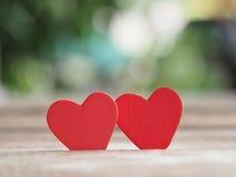 Valentinsgrußtageshintergrund mit rotem Herzen auf Holzfußboden Liebe und Valentinsgrußkonzept Glücklicher Valentinstag Stockfoto