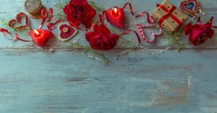 Valentinsgrußtageshintergrund mit roten Herzen, Rosen und Kerzen, Valentinsgruß ` s Tagestabellengedeck Lizenzfreie Stockfotos