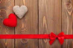 Valentinsgrußtageshintergrund mit Spielzeugherzen stockfotografie