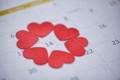 Valentinsgrußtageskalenderliebeszeitkonzept Kalenderseite mit rotem Herzen am 14. Februar des Heilig-Valentinstags stockbild
