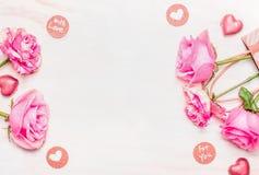 Valentinsgrußtageskarte mit Rosen, Schokolade und Liebe Mitteilung auf weißem hölzernem Hintergrund, Draufsicht Stockbild