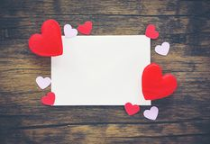 Valentinsgrußtageskarte romantisch auf hölzerner/Umschlagliebespost Valentine Letter Card mit roter Herz-Liebe lizenzfreie stockfotos
