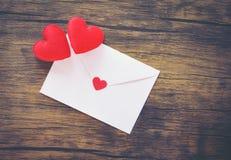 Valentinsgrußtageskarte romantisch/Umschlagliebespost Valentine Letter Card mit rotem Herz-Liebeskonzept stockfotografie