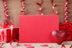 Valentinsgrußtagesmodell Rotes Herz, Papierkarte und Geschenk auf Holztisch stockfotografie